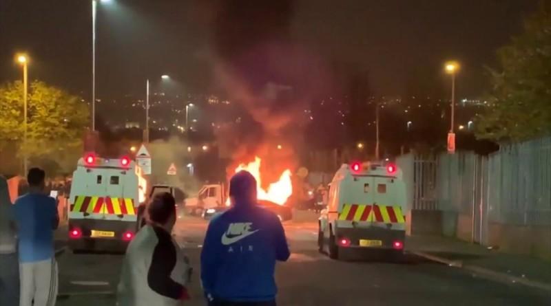 Scontri in Irlanda del Nord, bombe carta contro la polizia: i veicoli in fiamme