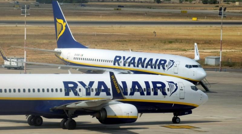 """Ryanair, polemiche sul """"supplemento neonato"""": 25 euro per i bimbi sotto i 2 anni"""