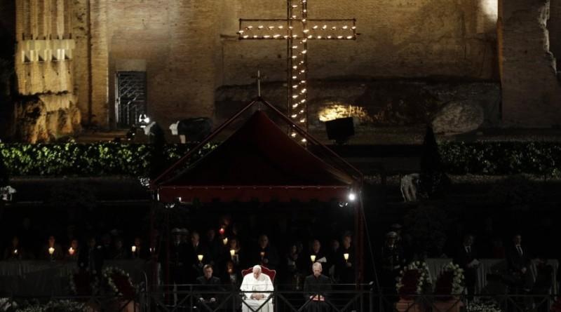 La Via Crucis con il Papa al Colosseo