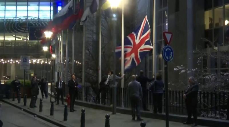 Brexit, la bandiera del Regno Unito viene rimossa all'esterno del Parlamento Europeo