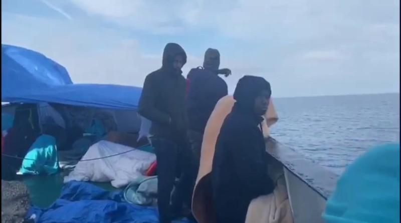 Migranti, nave Open Arms ferma al largo di Pozzallo: tra le 363 persone a bordo ci sono donne e bambini
