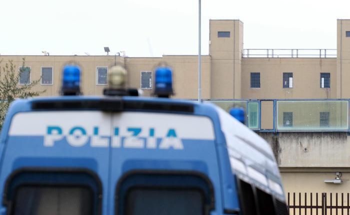 Asserragliati in carcere nel Casertano